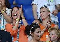 FUSSBALL  EUROPAMEISTERSCHAFT 2012   VORRUNDE Niederlande - Deutschland       13.06.2012 Maddy Schoolderman (li, Freundin von Klaas-Jan Huntelaar) und Bernadien Robben (Ehefrau Arjen Robben)