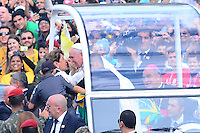 RIO DE JANEIRO, RJ, 28 DE JULHO DE 2013 -JMJ RIO 2013-MISSA DO ENVIO COM O PAPA FRANCISCO- Papa Francisco chega em Copacabana, e é recebido por milhares de fiéis, peregrinos e devotos, em Copacabana, zona sul do Rio de Janeiro.FOTO:MARCELO FONSECA/BRAZIL PHOTO PRESS
