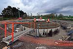 NIEUWEGEIN - Bij bedrijvenpark Het Klooster langs de snelweg A27 werken medewerkers van H4A Windenergie aan de duurzame fundamenten van Windpark Nieuwegein. Op initiatief van de gemeente plaatst energiebedrijf Eneco vijf Vestas V90 windturbines met een hoogte van 105 meter die, met vermogen van elk 2 megawatt per molen, groene stroom voor 8.000 gezinnen per jaar moeten produceren. Om beton te sparen, wordt de betonnen voet niet langer plat en zeer breed gestort maar, in meerdere lagen aangebracht, in een tuitvorm. Tevens levert Van Nieuwpoort Groen Beton op basis van recyclingmaterialen zoals gewassen gerecyclede spoorwegballast of betongranulaat waarbij hoogovenslakken zijn toegevoegd voor verlaging van de CO2-uitstoot. Naar verwachting gaat de eerste molen eind dit jaar draaien. COPYRIGHT TON BORSBOOM
