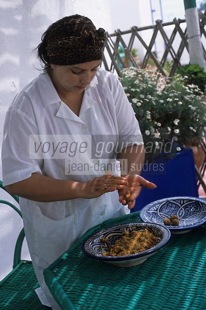 Afrique/Maghreb/Maroc/Essaouira : Villa Maroc, Fatima Zohra la cuisinière de la Villa prépare ses délicieuses boulettes de mostelle à la tomate