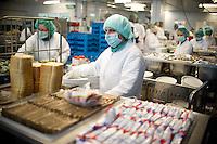 Berlin, Mitarbeiterinnen des Vivantes Versorgungszentrums arbeiten am Donnerstag (02.05.13) an einem Fliessband und verteilen Lebensmittel auf Tabletts f&uuml;r Patienten.<br /> Foto: Steffi Loos/CommonLens