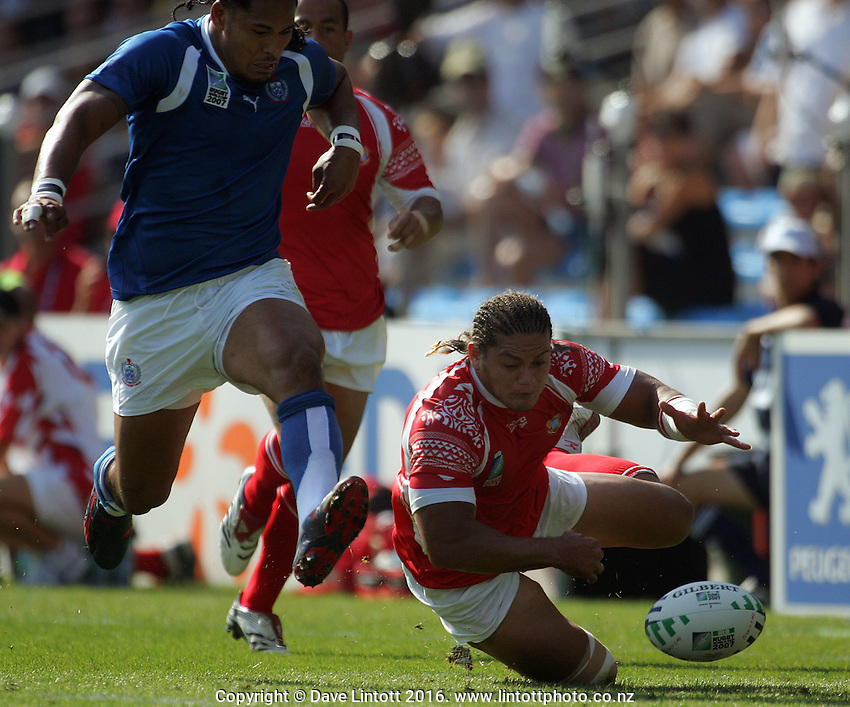 Alesana Tuilagi and Joseph Vaka chase Tuilagi's grubber kick. Rugby World Cup. Samoa v Tonga, Stade De La Mosson, Montpellier, France. Sunday 16 September 2007. Photo: Dave Lintott / lintottphoto.co.nz