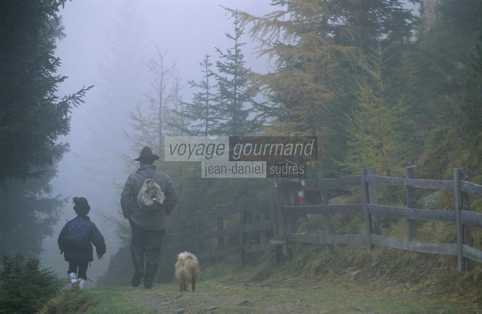 Europe/Autriche/Tyrol/Env Axams: Fritz Ehrtensbnertger et Mathias au retour d'une partie de chasse