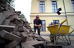 UTRECHT - Stratenmakers in actie bij bergen steentjes. COPYRIGHT TON BORSBOOM