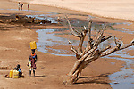 "Afrika Uganda Frauen holen Wasser aus dem Flussbett -  Klima xagndaz | .Africa Uganda Karamoja , women fetch water from riverbed.  -  climate .| [ copyright (c) Joerg Boethling / agenda , Veroeffentlichung nur gegen Honorar und Belegexemplar an / publication only with royalties and copy to:  agenda PG   Rothestr. 66   Germany D-22765 Hamburg   ph. ++49 40 391 907 14   e-mail: boethling@agenda-fototext.de   www.agenda-fototext.de   Bank: Hamburger Sparkasse  BLZ 200 505 50  Kto. 1281 120 178   IBAN: DE96 2005 0550 1281 1201 78   BIC: ""HASPDEHH"" ,  WEITERE MOTIVE ZU DIESEM THEMA SIND VORHANDEN!! MORE PICTURES ON THIS SUBJECT AVAILABLE!! ] [#0,26,121#]"