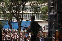 SÃO PAULO,SP, 21 DE ABRIL DE 2013 - SHOW EM HOMENAGEM A RAUL SEIXAS - Conjunto O Terno durante o Toca Raul projeto que presta homenagem ao cantor Raul Seixas. O festival, organizado pelo Centro Cultural Banco do Brasil-SP, celebra o seu aniversário e os de 40 anos do primeiro álbum de Raul, Krig-ha, Bandolo! No Vale do Anhagabaú na região central da capital paulista, neste sábado, 21. (FOTO RICARDO LOU - BRAZIL PHOTO PRESS)