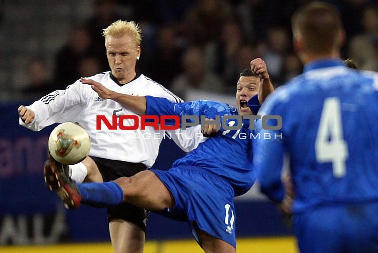 Laenderspiel EM 2004 Qualifikation<br /> Deutschland vs. Island 3:0<br /> Carsten Ramelow (links) von Deutschland im Zweikampf mit<br /> Helgi Sigurdsson (MItte) von Island.<br /> Foto &copy; nordphoto - Ruediger Lampe<br /> <br />  *** Local Caption *** Foto ist honorarpflichtig! zzgl. gesetzl. MwSt.<br />  Belegexemplar erforderlich<br /> Adresse: nordphoto<br /> Georg-Reinke-Strasse 1<br /> 49377 Vechta