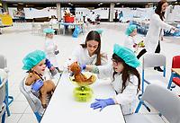 Nederland Amsterdam 2017 . Teddy Bear Hospital in het AMC ziekenhuis. ( Foto mag niet in negatieve context gebruikt worden ).Teddy Bear Hospital (TBH) is één van de grootste projecten van IFMSA-NL. Het TBH is een rollenspel. Dat houdt in dat kleuters van vier t/m zes jaar hun beer of een andere knuffel meenemen naar een nagebootst ziekenhuis. Geneeskundestudenten spelen voor arts en behandelen de knuffels. Het doel van Teddy Bear Hospital is om kinderen op een speelse manier kennis te laten maken met de gezondheidszorg, om zo de angst voor dokters en het ziek-zijn enigszins weg te nemen. Bovendien leert het medische studenten om te gaan met kinderen en trainen ze hun communicatieve vaardigheden. De knuffel wordt gewogen. Foto Berlinda van Dam / Hollandse Hoogte