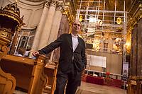 Aufbau des Spiegel-Kunstwerk von Philipp von Matt (im Bild) im Berliner Dom am Donnerstag den 14. September 2017. Die 16 Meter hohe Installation aus 77 Spiegeln bringt das Tageslicht der Kuppelfenster in den Kirchenraum und soll am Sonntag den 17. September zum Gottesdienst fertiggestellt sein. Zu sehen ist die Installation dann vom 17.9.2017 – 12.11.2017.<br /> 14.9.2017, Berlin<br /> Copyright: Christian-Ditsch.de<br /> [Inhaltsveraendernde Manipulation des Fotos nur nach ausdruecklicher Genehmigung des Fotografen. Vereinbarungen ueber Abtretung von Persoenlichkeitsrechten/Model Release der abgebildeten Person/Personen liegen nicht vor. NO MODEL RELEASE! Nur fuer Redaktionelle Zwecke. Don't publish without copyright Christian-Ditsch.de, Veroeffentlichung nur mit Fotografennennung, sowie gegen Honorar, MwSt. und Beleg. Konto: I N G - D i B a, IBAN DE58500105175400192269, BIC INGDDEFFXXX, Kontakt: post@christian-ditsch.de<br /> Bei der Bearbeitung der Dateiinformationen darf die Urheberkennzeichnung in den EXIF- und  IPTC-Daten nicht entfernt werden, diese sind in digitalen Medien nach §95c UrhG rechtlich geschuetzt. Der Urhebervermerk wird gemaess §13 UrhG verlangt.]