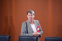 Berlin, Kanzleramtsminister Peter Altmaier (CDU, v.r.), Bundesfamilienministerin Manuela Schwesig (SPD), Staatsministerin f&uuml;r Migration, Fl&uuml;chtlinge und Integration, Aydan &Ouml;zoguz (SPD), Bundesinnenminister Thomas de Maiziere (CDU), Bundesumweltministerin Barbara Hendricks (SPD),  am Dienstag (17.12.13) im Bundeskanzleramt bei der ersten Kabinettssitzung der neuen Bundesregierung.<br /> Foto: Steffi Loos/CommonLens