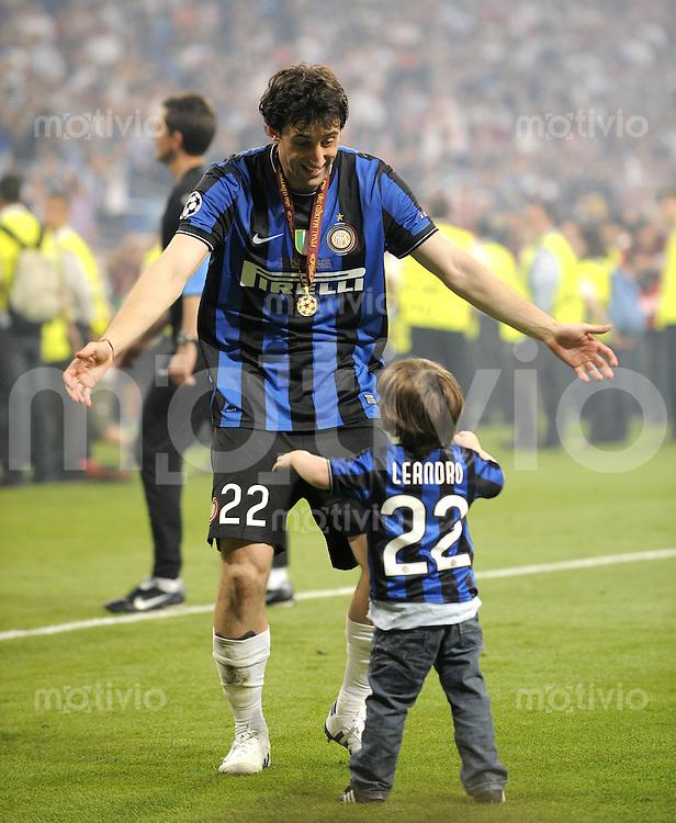 FUSSBALL      CHAMPIONS LEAGUE FINALE     SAISON  2009/2010 FC Bayern Muenchen - Inter Mailand      22.05.2010 JUBEL Diego Milito mit seinem Sohn, Kind  Leandro (Inter)
