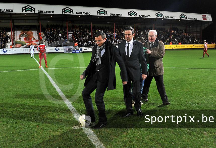 KV Kortrijk - RSC Anderlecht : de matchbalschenker trapt de match op gang.foto VDB / BART VANDENBROUCKE