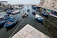 Monopoli  è un comune italiano di 49 558 abitanti della provincia di Bari, in Puglia. Si trova 43 km a sud-est del capoluogo.<br /> Tra le città costiere della Puglia, Monopoli rappresenta uno dei porti più attivi e popolosi della regione sull'Adriatico. Il suo caratteristico centro storico di origine alto-medievale, sovrapposto ai resti di un ricco abitato messapico fortificato già nel V secolo a.C., si affaccia sul mare, circondato da alte mura. Monopoli è anche detta la città delle cento contrade. L'agro infatti è diviso in varie località denominate contrade, i cui toponimi rievocano antichi casali scomparsi, la presenza di una masseria, di una chiesa o altri riferimenti storico-geografici. La città di Monopoli sorge a 9 metri s.l.m. lungo il litorale adriatico a 43 km a sud di Bari, nella zona geografica della Terra di Bari. Si estende su una superficie di 156 km² e il suo territorio è costituito da una fascia costiera pianeggiante, denominata marina, che sale velocemente verso le colline murgiane fino a raggiungere un'altitudine massima di 408 metri, sulla zona dei monti Carbonara (contrada Aratico).