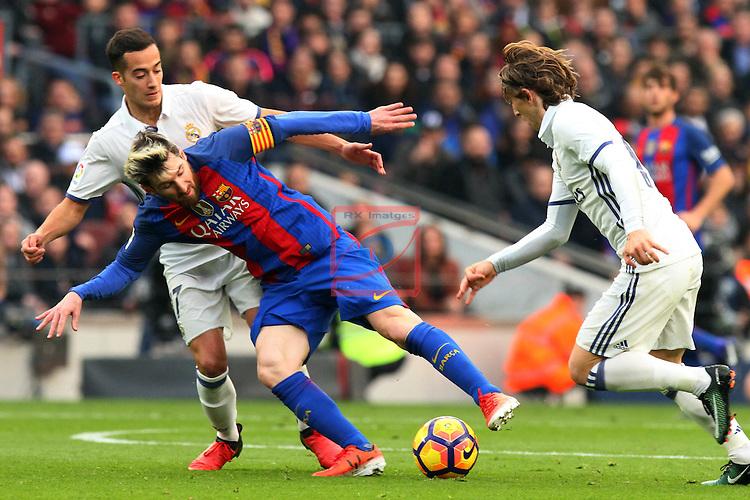 League Santander 2016/2017. Game: 14.<br /> FC Barcelona vs Real Madrid: 1-1.<br /> Lucas Alcaraz, Lionel Messi &amp; Luka Modric.