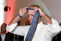 NAPOLI CONVEGNO PDL.NELLA FOTO  ANGELINO ALFANO TOGLIE CRAVATTA.FOTO CIRO DE LUCA.