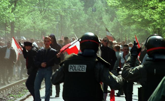 Etwa 4.000 Mitglieder und Sympathiesanten der NPD kamen zu einer Kundgebung vor das Voelkerschlachtdenkmal in Leipzig. Die NPD hatte 10.000 bis 15.000 Teilnehmer angekuendigt.<br /> Hier: Beamte der Polizeisondereinheit USK aus Bayern stoppen einen Demonstrationszug der Neonazis, da dieser gerichtlich verboten worden war.<br /> 1.5.1998, Leipzig<br /> Copyright: Christian-Ditsch.de<br /> [Inhaltsveraendernde Manipulation des Fotos nur nach ausdruecklicher Genehmigung des Fotografen. Vereinbarungen ueber Abtretung von Persoenlichkeitsrechten/Model Release der abgebildeten Person/Personen liegen nicht vor. NO MODEL RELEASE! Nur fuer Redaktionelle Zwecke. Don't publish without copyright Christian-Ditsch.de, Veroeffentlichung nur mit Fotografennennung, sowie gegen Honorar, MwSt. und Beleg. Konto: I N G - D i B a, IBAN DE58500105175400192269, BIC INGDDEFFXXX, Kontakt: post@christian-ditsch.de<br /> Bei der Bearbeitung der Dateiinformationen darf die Urheberkennzeichnung in den EXIF- und  IPTC-Daten nicht entfernt werden, diese sind in digitalen Medien nach &sect;95c UrhG rechtlich geschuetzt. Der Urhebervermerk wird gemaess &sect;13 UrhG verlangt.]