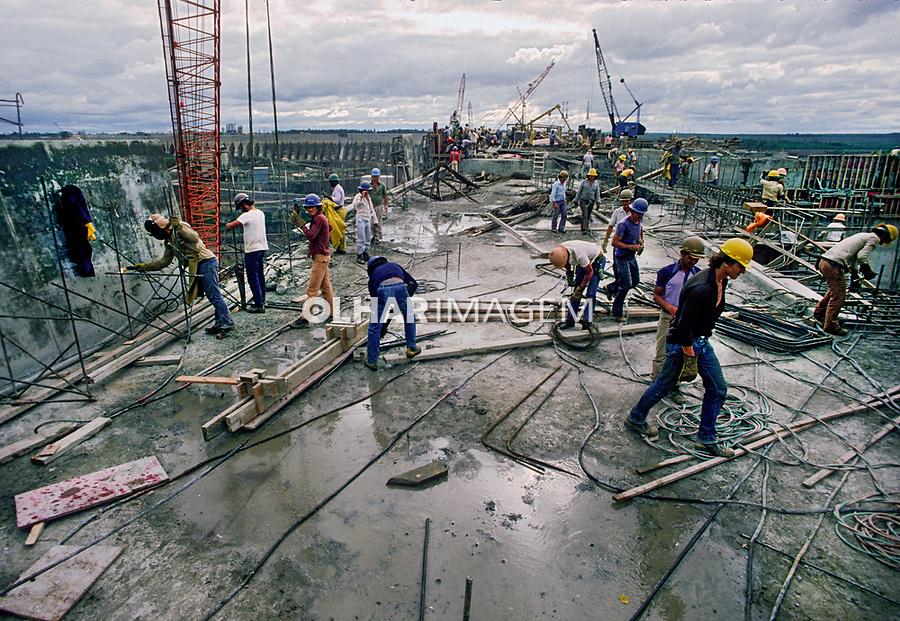 Obra da construção, Usina Hidreletrica de Itaipu, Foz do Iguaçu. Parana. 1981. Foto de Juca Martins.