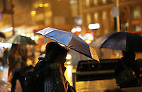 PORTO ALEGRE, RS, 15.05.2014 - CLIMA TEMPO PORTO ALEGRE - Chuva forte pega gaúchos desprevenidos em Porto Alegre, nesta quinta-feira, 15. (Foto: Pedro H. Tesch / Brazil Photo Press).