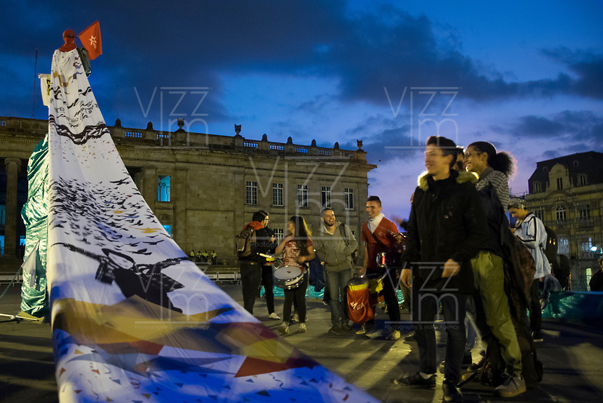 BOGOTA - COLOMBIA, 13-03-2019: Algunas personas se reunieron en la plaza de Bolivar para ponerse en contra de los cambios que el actual gobierno planea implementar en la JEP / Some people met in the Bolivar square to get against the changes that the current government plans to implement in the JEP. Photo: VizzorImage / Nicolas Aleman / Cont