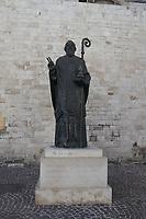 Statue des Heiligen Nicola Taumaturgo an der Basilica San Nicola - 20.11.2017: Bari mit der Costa Deliziosa