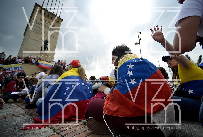 BOGOTÁ -COLOMBIA. 22-02-2014. Cientos de venezolanos y algunos colombianos se congregaron frente al monumento de los héroes en Bogotá, Colombia para protestar en contra del gobierno de Nicolás Maduro en el vecino país de Venezuela. Los manifestastes piden libertad a Leopoldo López, lider de la oposición, y  que retorne la paz a su país./  Hundred of venezuelan and some colombian people congregated, today February 22th, at Monumento de los Heroes in Bogota , Colombia to protest against Nicolas Maduro government in the neighboring country of Venezuela. The protesters ask fot freedom of oposition leader, Leopoldo Lopez, and clamoring for the return of peace in their country . Photo: VizzorImage/ Gabriel Aponte / Staff