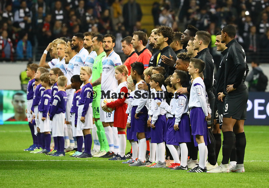 Mannschaften stellen sich auf - 04.10.2018: Eintracht Frankfurt vs. Lazio Rom, UEFA Europa League 2. Spieltag, Commerzbank Arena, DISCLAIMER: DFL regulations prohibit any use of photographs as image sequences and/or quasi-video.