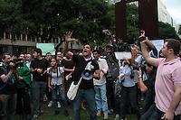 RIO DE JANEIRO; RJ; 17 DE JUNHO 2013-  Manifestantes se concentram na Candelária, centro do Rio de Janeiro, no início da tarde desta segunda-feira para mais um dia de protesto contra o aumento da passagem e gastos da Copa do Mundo. FOTO: NÉSTOR J. BEREMBLUM - BRAZIL PHOTO PRESS.
