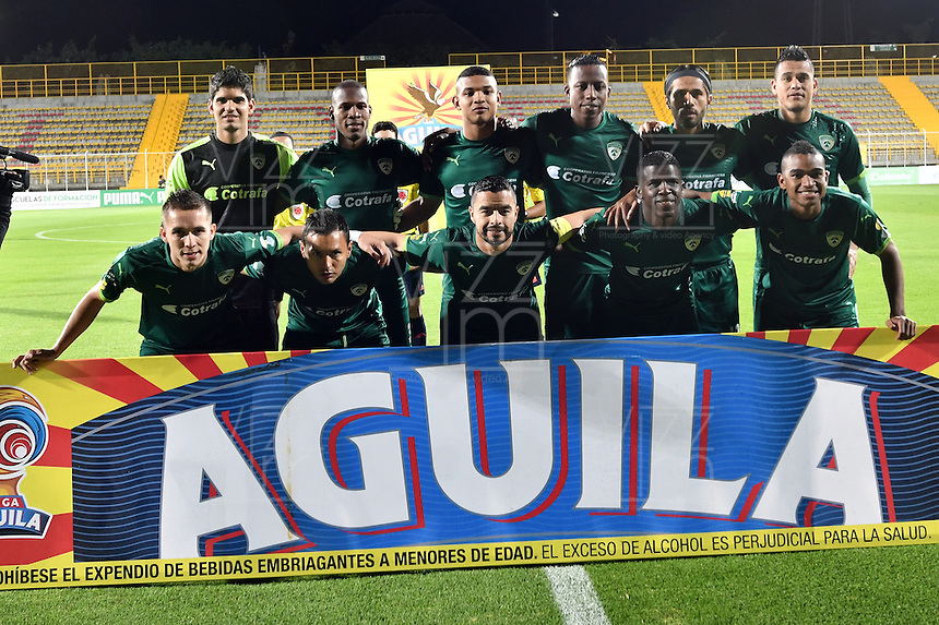 BOGOTA - COLOMBIA -21 -10-2016: Los jugadores de La Equidad posan para una foto, durante partido entre La Equidad y Boyaca Chico FC, por la fecha 17 de la Liga Aguila II-2016, jugado en el estadio Metropolitano de Techo de la ciudad de Bogota. / The players of La Equidad pose for a photo during a match La Equidad and Boyaca Chico FC, for the  date 17 of the Liga Aguila II-2016 at the Metropolitano de Techo Stadium in Bogota city, Photo: VizzorImage  / Luis Ramirez / Staff.