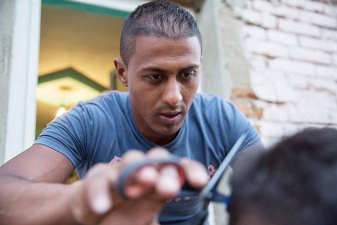 Dragos schneidet Hagi dem Dorfgl&ouml;ckner die Haare vor seinem improvisierten Salon. Hagi Stoican ist einer der Initiatoren der Zukunftsprojekte im Dorf un kennt sich inzwischen richtig gut aus mit der EU B&uuml;rokratie.<br /><br /> In Ocolna im S&uuml;den Rum&auml;niens tr&auml;umt Dragos von einem eigenen Friseursalon. Das vorwiegend von Roma bewohnte Dorf  ist arm, aber die Bewohner haben eine Initiative gegr&uuml;ndet um gegenzusteuern. Neben wichtigen Infrastrukturvorhaben ist auch Dragos Friseursalon ein Teil der Vorhaben um eine Verbesserung der derzeitigen Situation zu erreichen.