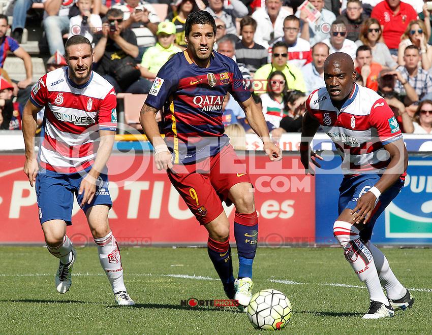 Granada's David Lomban (l) and Jean-Sylvain Babin (r) and FC Barcelona's Luis Suarez during La Liga match. May 14,2016. (ALTERPHOTOS/Acero) /NortePhoto.com