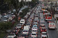 SAO PAULO, SP, 10-08-2012, TRANSITO VOLTA CASA,  A Av Radial Leste tem trafego intenso na tarde de hoje (10). Luiz Guarnieri/ BRazil Photo Press