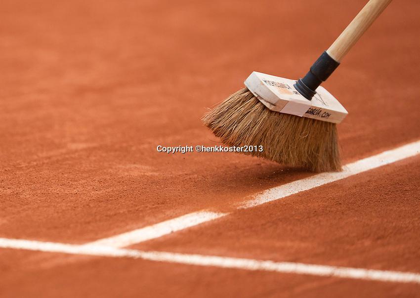 31-05-13, Tennis, France, Paris, Roland Garros, court attendant sweeping the lines