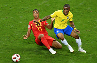 KAZAN - RUSIA, 06-07-2018: DOUGLAS COSTA (Der) jugador de Brasil disputa el balón con Youri TIELEMANS (Izq) jugador de Bélgica durante partido de cuartos de final por la Copa Mundial de la FIFA Rusia 2018 jugado en el estadio Kazan Arena en Kazán, Rusia. / DOUGLAS COSTA (R) player of Brazil fights the ball with Youri TIELEMANS (L) player of Belgium during match of quarter final for the FIFA World Cup Russia 2018 played at Kazan Arena stadium in Kazan, Russia. Photo: VizzorImage / Julian Medina / Cont