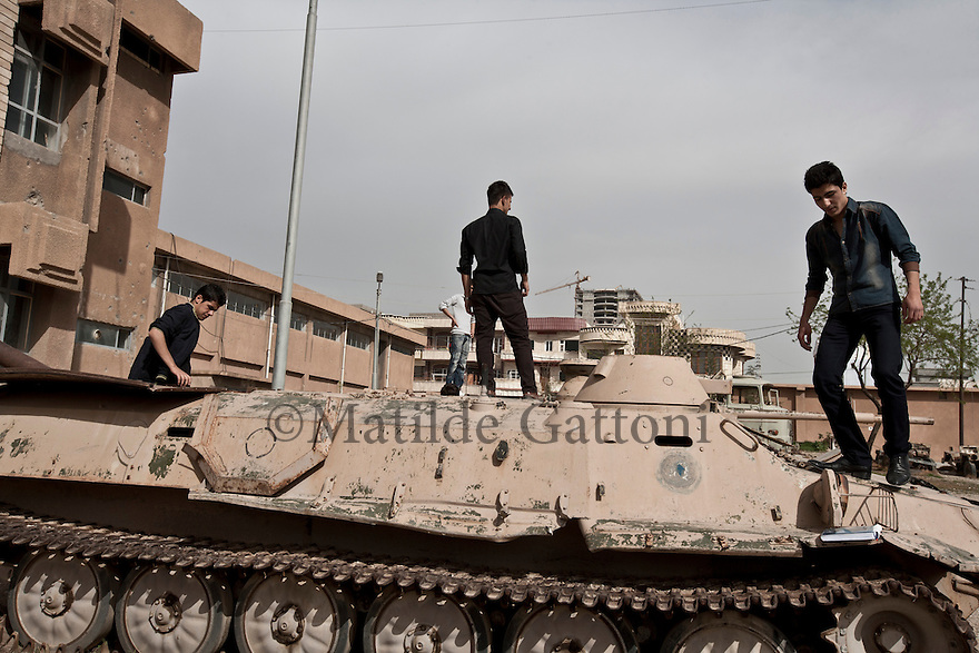 Iraq - Kurdistan - Sulaymaniyah -  Students playing on the tanks in the The Red Jail, today a museum, it was used under the Saddam regime to control the city and torture the Kurds it was then called The Sulaymaniyah security or The Red security by the people.