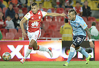 BOGOTÁ -COLOMBIA, 03-10-2015. Juan D Roa (Izq) de Independiente Santa Fe disputa el balón con Juan Guillermo Dominguez (Der) jugador de Atlético Junior durante partido por la fecha 15 de la Liga Aguila II 2015 jugado en el estadio Nemesio Camacho El Campín de la ciudad de Bogotá./ Juan D Roa player (L) of Independiente Santa Fe fights for the ball with Juan Guillermo Dominguez (R) player of Atletico Junior during the match for the date 15 of the Aguila League II 2015 played at Nemesio Camacho El Campin stadium in Bogotá city. Photo: VizzorImage/ Gabriel Aponte / Staff