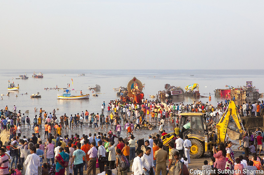 28 Sept 2015, Mumbai , INDIA :<br /> After 10 days of festivities the famous 'Ganesha Festival' of Mumbai comes to an end as the most famous of the Ganesha idols the 'Lalbagcha Raja' is taken in a huge street procession to be immersed in the waters of the Arabian sea at Girgaum Chopatty.