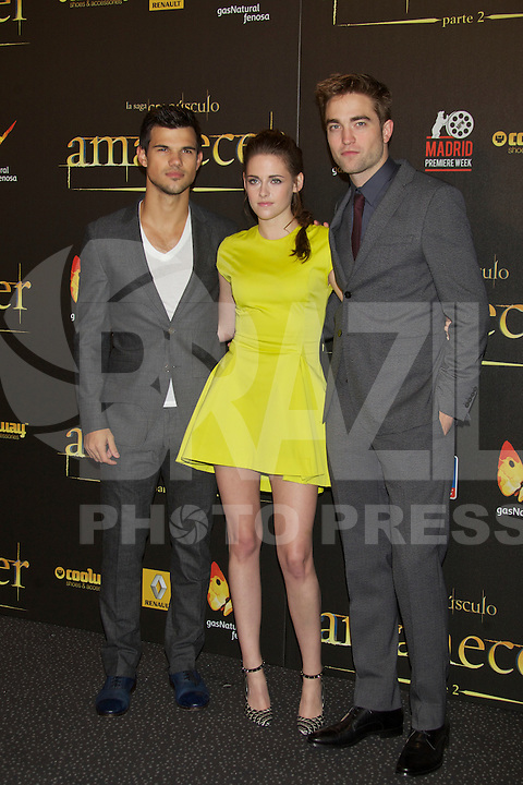 "ATENÇAO EDITOR  FOTO EMBARGADA PARA VEICULOS INTERNACIONAIS - MADRI, ESPANHA, 14 NOVEMBRO 2012 - O ator Taylor Lautner (E) a atriz Kirsten Stewart e o ator Robert Pattinson durante premiere de ""The Twilight Saga: Breaking Dawn - Part 2"" em Madrid capital da Espanha, neste sabado, 15. (FOTO: ALFAQUI / BRAZIL PHOTO PRESS)"