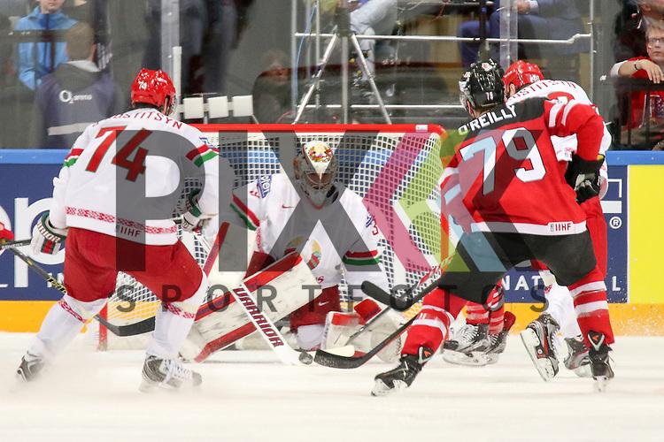 Canadas O'Reilly, Ryan (Nr.79) mit dem Schuss auf Belarus Lalande, Kevin (Nr.35)(CSKA Moscow) mit der Parade im Spiel IIHF WC15 Canada vs. Belarus.<br /> <br /> Foto &copy; P-I-X.org *** Foto ist honorarpflichtig! *** Auf Anfrage in hoeherer Qualitaet/Aufloesung. Belegexemplar erbeten. Veroeffentlichung ausschliesslich fuer journalistisch-publizistische Zwecke. For editorial use only.