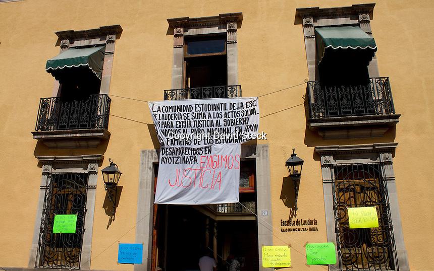 Quer&eacute;taro, Qro. 28 de Octubre de 2014.- La comunidad estudiantil de la Escuela de Lauder&iacute;a realiza este martes 28 de octubre una jornada de actividades en apoyo a los estudiantes de Ayotzinapa, donee se proyectan v&iacute;deos y documentales, candiones de protesta con el maestro Miguel Le&oacute;n y son jarocho.<br /> <br />  <br /> <br /> Foto: David Steck Obture