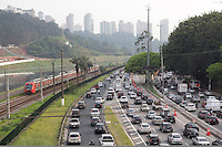 SAO PAULO, SP - 20.10.2014 - TRANSITO SÃO PAULO - Marginal Pinheiros se encontra congestionada da ponte joão dias até região da berrini na manhã desta segunda-feira (20) no sentido castelo branco. <br /> <br /> (foto: Fabricio Bomjardim / Brazil Photo Press)