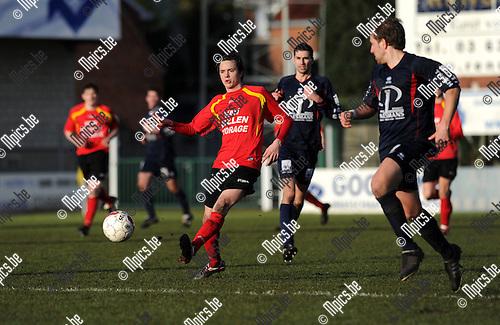2012-02-19 / Voetbal / seizoen 2011-2012 / Kapellen - Herk-de-Stad / Sil Boeykens (Kapellen) aan de bal..Foto: Mpics.be