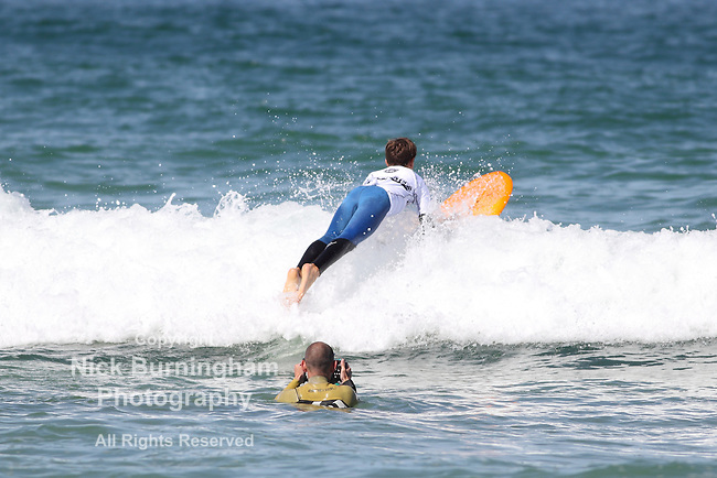 Fistral Beach, Newquay, Cornwall, UK. 8th Aug, 2015. Surfers take part in Day 3 of the Boardmasters Championship in the long board division. Waves were not large, which proved challenging for the surfers.