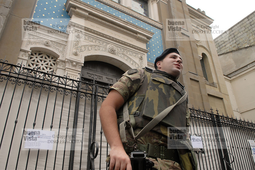 - soldiers in security service in front of Milan synagogue....- militari  in servizio di sicurezza davanti alla Sinagoga di Milano