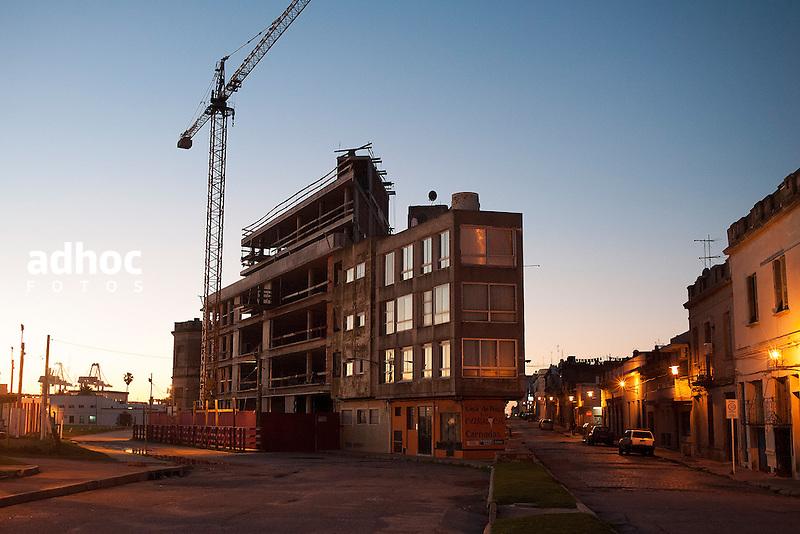 Obra en construccion. Ciudad Vieja, Montevideo, 15/08/2015.<br /> URUGUAY / MONTEVIDEO / 2015<br /> Foto: Ricardo Ant&uacute;nez / AdhocFotos<br /> www.adhocfotos.com