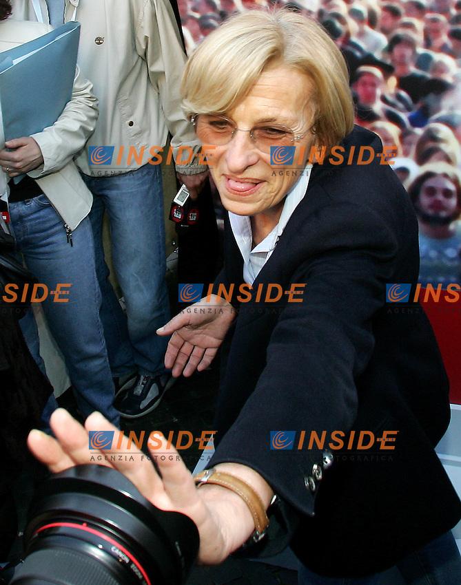 Roma 6/4/2006 Chisura campagna elettorale Rosa nel pugno a Piazza Navona. Emma Bonino con la mano davanti ad una macchina fotografica<br /> Photo Andrea Staccioli Insidefoto
