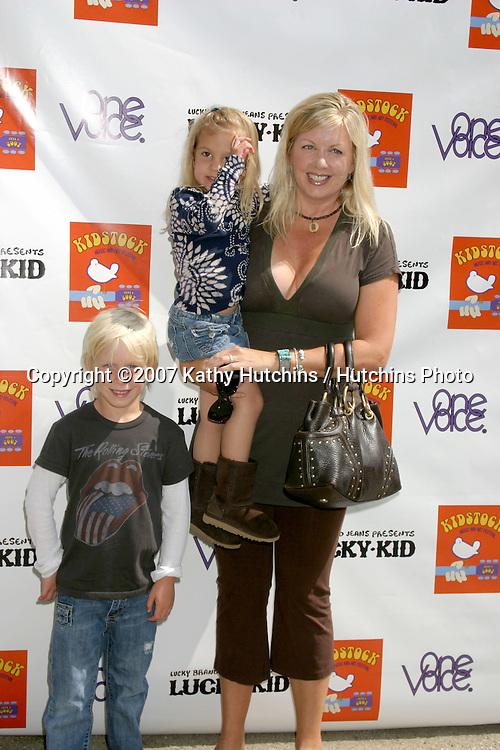 DeeDee Cortese & Children.Kidstock Music And Art Festival.Greystone Mansion.Beverly Hills, CA.June 2, 2007.©2007 Kathy Hutchins / Hutchins Photo....
