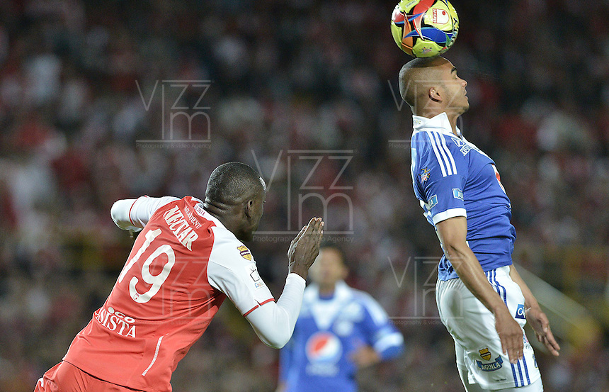 BOGOTÁ -COLOMBIA, 19-06-2013. Cristian Martínez (I) de Santa Fe disputa el balón con Lewis Ochoa (D) de Millonarios durante partido en los cuadrangulares finales F2 de la Liga Postobón 2013-1 jugado en el estadio el Campín de la ciudad de Bogotá./ Santa Fe player Cristian Martinez (L) fights for the ball with Millonarios player Lewia Ochoa (R) during match of the final quadrangular 2th date of Postobon  League 2013-1 at El Campin stadium in Bogotá city. Photo: VizzorImage/STR