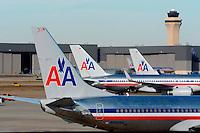 LWS13 DALLAS (EE.UU.), 28/11/2011.- Aviones de la compañía aérea estadounidense American Airlines aparcados en el aeropuerto de Dallas Fort Worth, en Dallas, estado de Texas, EE.UU., el día 29 de noviembre de 2011. American Airlines se ha declarado en suspensión de pagos para reestructurar la abultada deuda y reducir los costes de la tercera mayor compañía aérea de Estados Unidos. EFE/LARRY W. SMITH