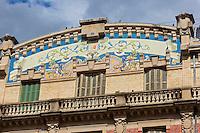 Espagne, Navarre, Pampelune: Plaza San Francisco , Immeuble La Agr&iacute;cola : construit pour la banque et les assurances La Agr&iacute;cola, c'est la la biblioth&egrave;que municipale , coupoles et mosa&iuml;que au coloris de dessin v&eacute;g&eacute;tal sur son fronton central. <br /> //  Spain, Navarre, Pamplona: Plaza San Francisco,  Building La Agr&iacute;cola: built for the banking and insurance La Agr&iacute;cola, it is the public library