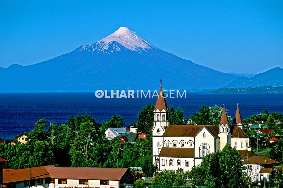 Cidade de Puerto Varas e vulcão Osorno. Chile. Foto de Vinicius Romanini. Data. 2000.